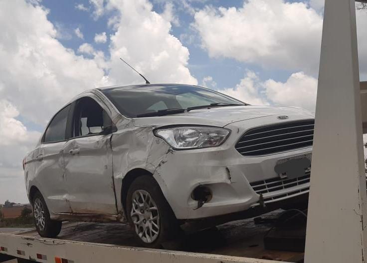 Carro com placas de Rio Paranaíba capota na BR 354 após discussão de casal