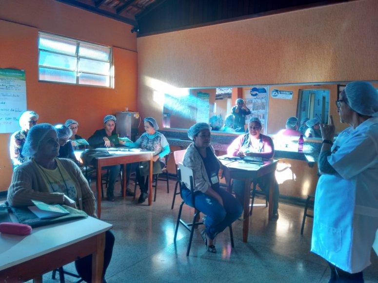 Cozinheiras de escola de Carmo do Paranaíba criam caderninho de receitas após curso de produção artesanal de alimentos