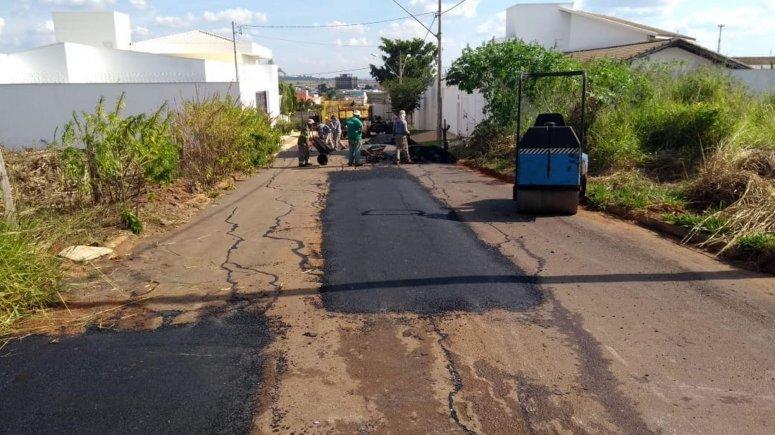 Secretaria de Obras Urbana continua a operação tapa-buracos em diversos locais de Patos de Minas