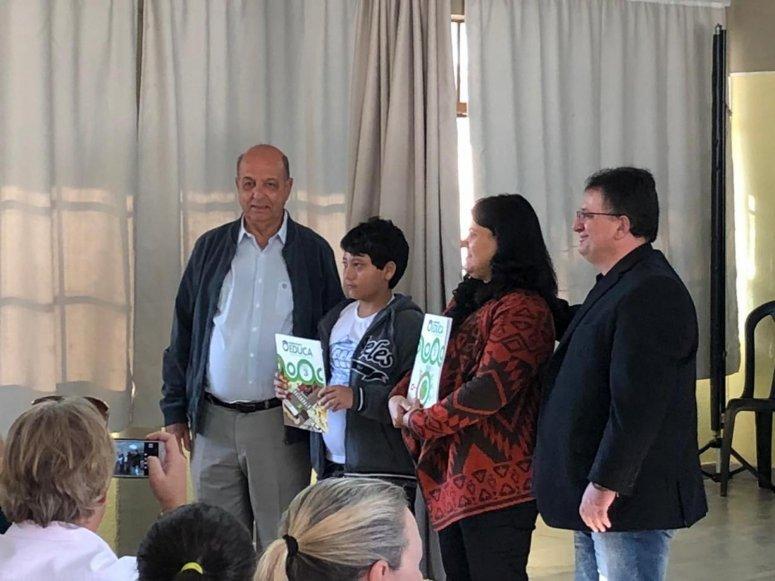1299 livros didáticos são entregues para alunos das escolas municipais Frei Leopoldo, Norma Borges Beluco e Gino André