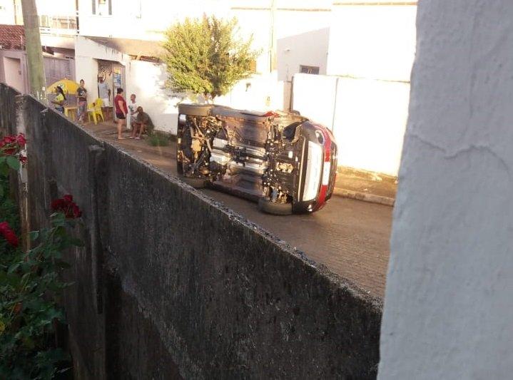 Motorista tenta desviar de cachorro e tomba veículo na Anicésio Vieira