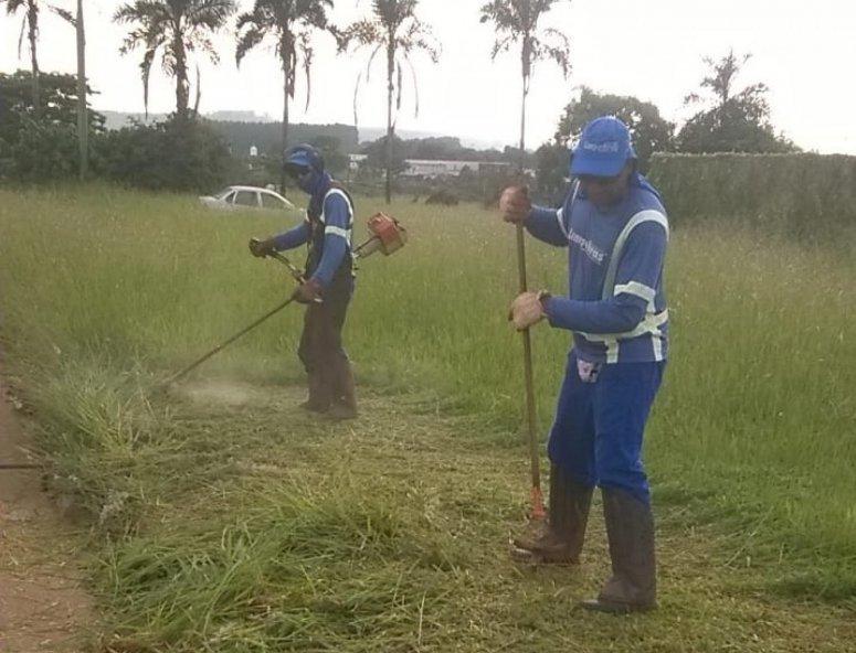 Prefeitura de Patos de Minas intensifica operações de limpeza, roçada e capina por toda a cidade